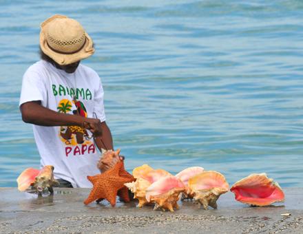 Bahamy, pouliční prodejce suvenýrů