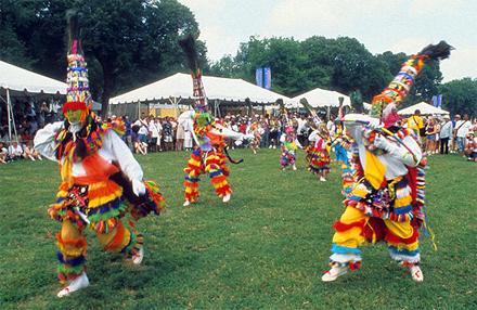 Bermudy, Gombey - tradiční tanečníci
