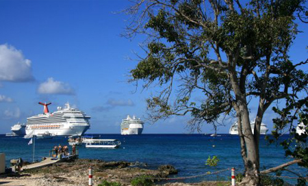 Kajmanské Ostrovy, připlouvající výletní lodě